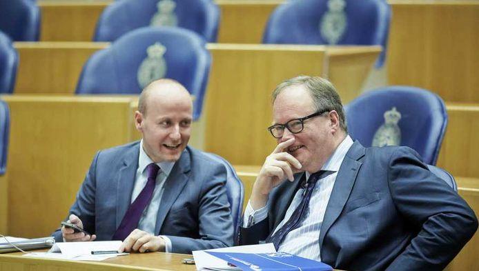 Van Baalen in de Tweede Kamer, eind maart, met VVD-Kamerlid Verheijen.