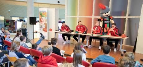 Zelfs De Graafschap-fan Jayden wordt blij van ziekenbezoek NEC-spelers
