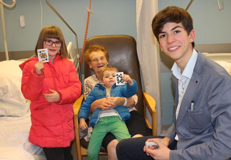 Goochelaar Martijn Spaepen op bezoek bij patiënten van AZ Turnhout