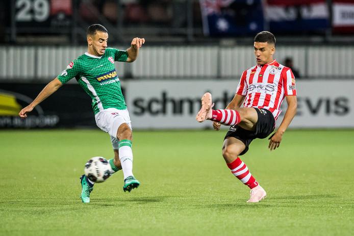 Spartaan Abdou Harroui (rechts) in duel met Oussama Zamouri van FC Dordrecht.
