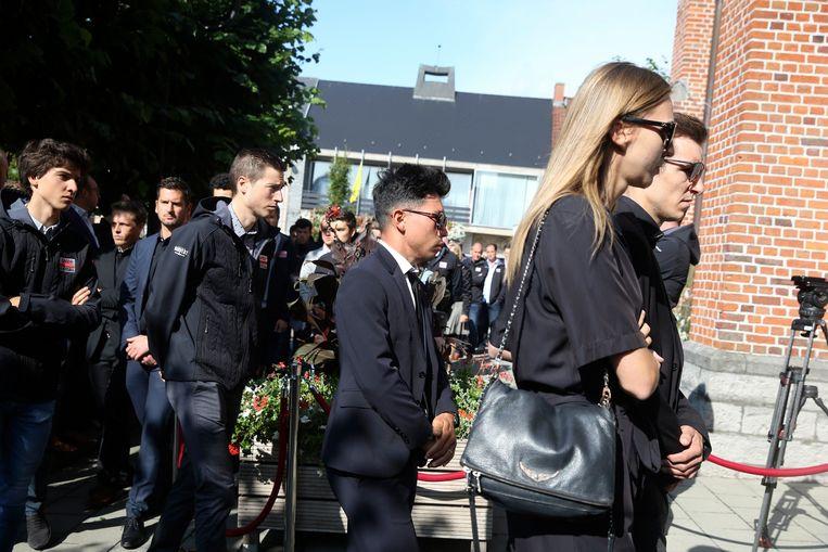 De ploegmaats van Lotto Soudal komen aan bij de kerk in Knesselare.