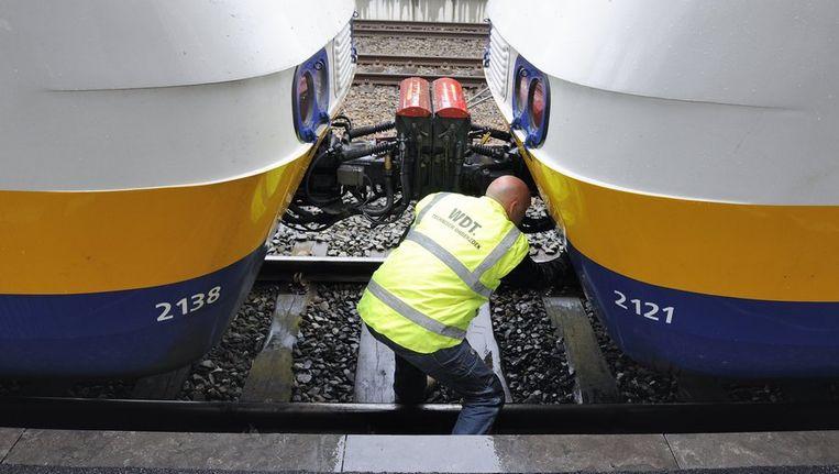 Op het centraal station in Leiden zijn twee passagierstreinen op elkaar gebotst. Beeld anp