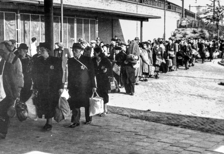 Joden worden in 1943 bij station Muiderpoort op transport gezet naar Westerbork.  Beeld NIOD