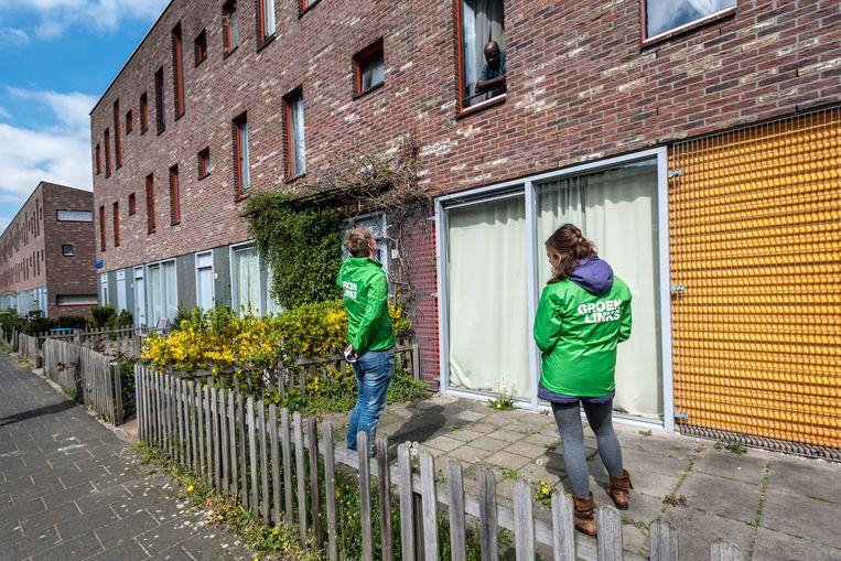 Het eerste campagneteam van GroenLinks ging afgelopen weekend langs de deuren, in Amsterdam Zuidoost. Beeld Joris van Gennip