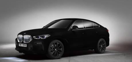 Aan de zwarte lak van deze BMW kan bijna geen enkel licht ontsnappen