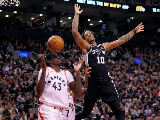 San Antonio Spurs' DeMar DeRozan (rechts) in duel met Toronto Raptors' Pascal Siakam.