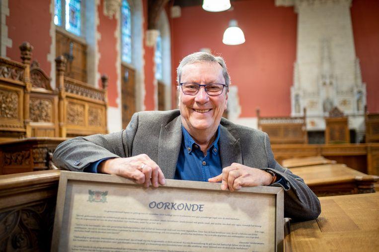 Stadsambtenaar Gerrit Boschmans met zijn oorkonde.