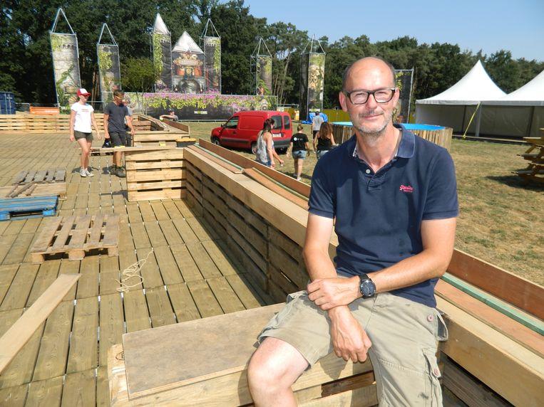 Frederik Verhasselt, woordvoerder voor het Rijvers Festival, vorig jaar bij de opbouw. Dit jaar wordt het noodgedwongen een pak kleiner en intiemer, en ook een heel ander concept.