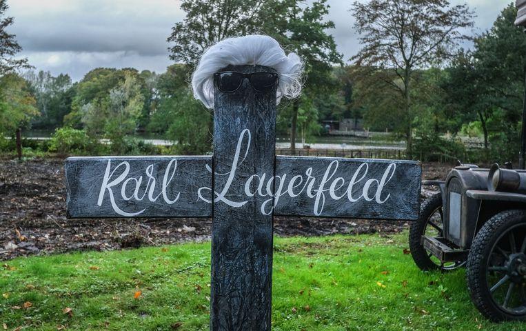 Verspreid in het park duiken verschillende griezelige decors op. Ook mode-ontwerper Karl Lagerfeld, die eerder dit jaar stierf, vond zijn laatste rustplaats in het Ieperse familiepark.