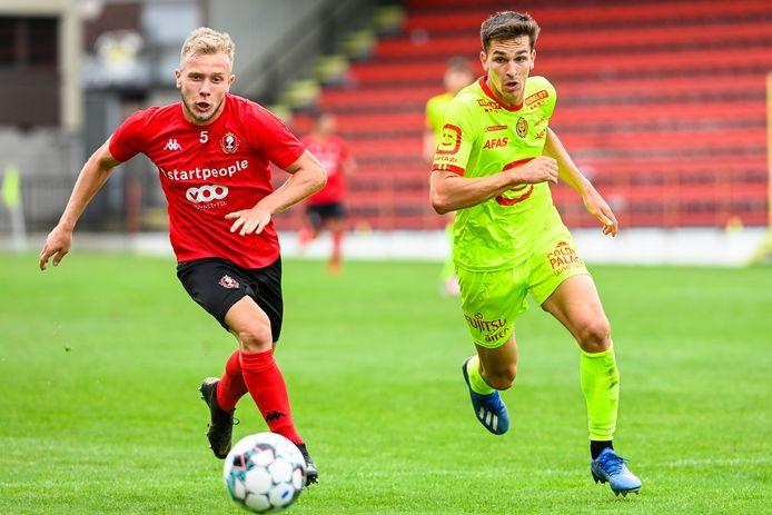 Alec van Hoorenbeeck (rechts) speelde op 25 juli nog een oefenwedstrijd met KV Mechelen tegen Seraing.