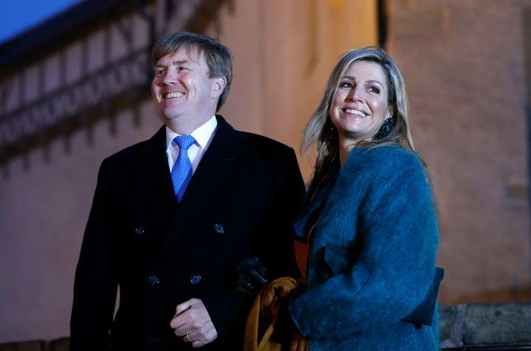 Willem-Alexander en koningin Maxima poseren voor kasteel Wartburg in Eisenach in Duitsland.  Beeld EPA