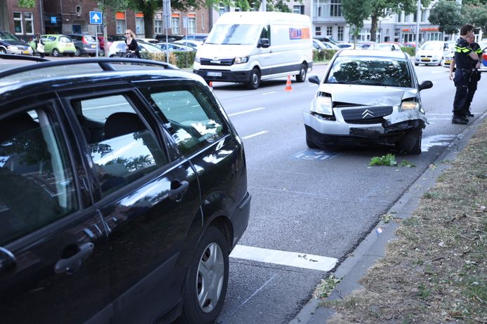De auto's raakten zwaar beschadigd bij het ongeluk op de Velperplein.
