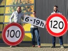 Honderden Harderwijkse '100-borden' van rijstvlies langs Nederlandse snelwegen