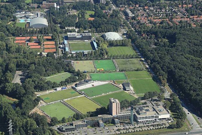 Luchtfoto van de Genneper Parken. Rechtsvoor Hotel Eindhoven met daarachter de velden van RPC, waar de parkeergarage moet komen.