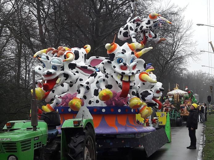 De Rosmalense carnavalsclub de Kèpkes nam buiten mededinging deel aan de optocht in Oeteldonk.