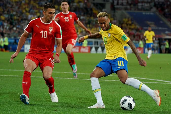 Dusan Tadic in duel met Neymar.