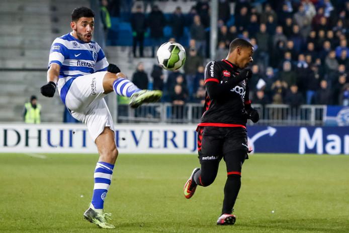 De Graafschap-aanvaller Tarik Tissoudali controleert  de bal in het duel met Helmond Sport.