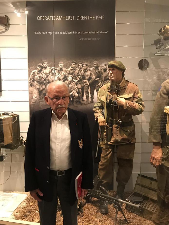 De Franse oorlogsveteraan Achille Muller bezoekt voor het eerst de Franse militaire begraafplaats in Kapelle. Acht collega's van hem liggen er begraven.