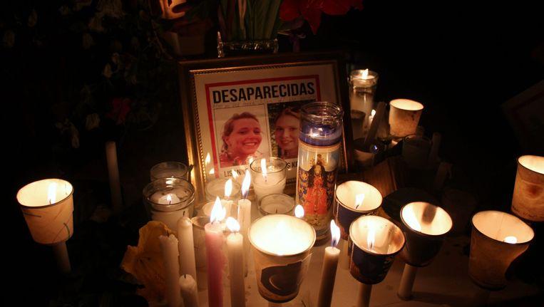 Een altaar met foto's van de twee verdwenen Nederlandse studentes. Beeld epa
