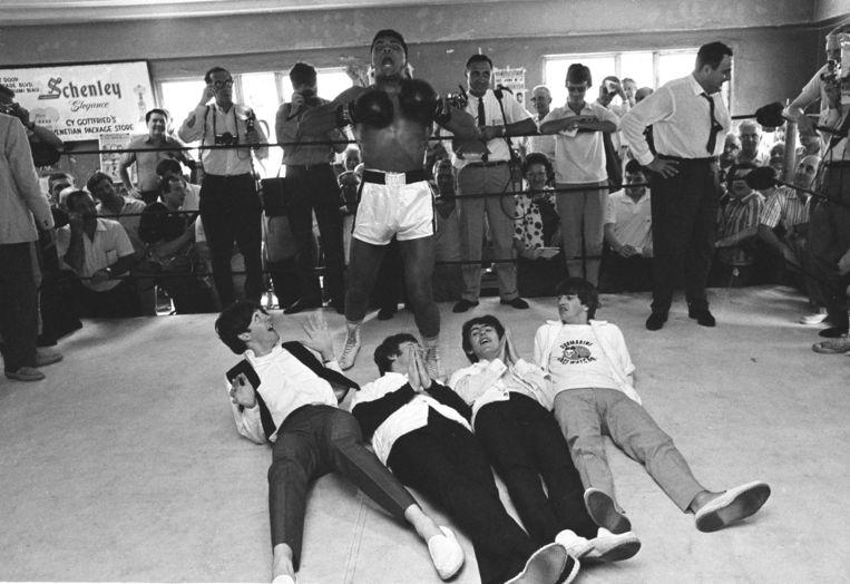 Paul McCartney, John Lennon, George Harrison en Ringo Starr liggen op de grond Beeld ap
