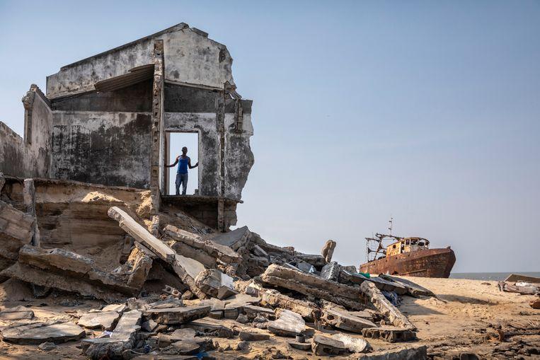Sinds het vertrek van de Portugezen in 1975 is niet veel meer gedaan aan kustverdediging. Op het strand in de wijk Praia Nova is te zien hoe de zee steeds dichterbij komt.  Beeld Sven Torfinn