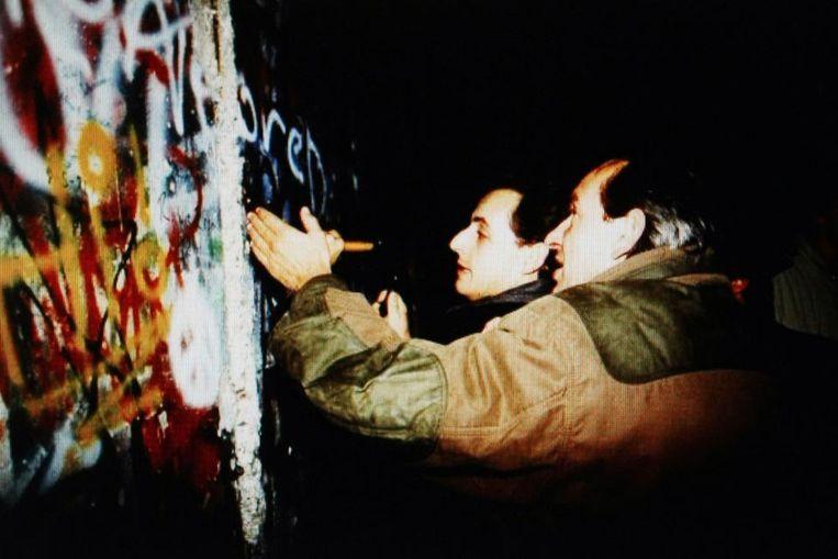 Sarkozy in 1989 bij de Berlijnse Muur. (AFP) Beeld AFP
