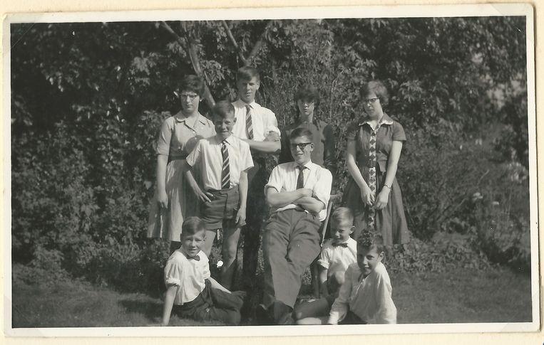 Gerard Koopman (zittend) tussen zijn broers en zusters. Beeld TR BEELD