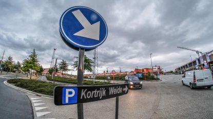 Extra markeringen tegen foutparkeren aan zwembad Lago Weide