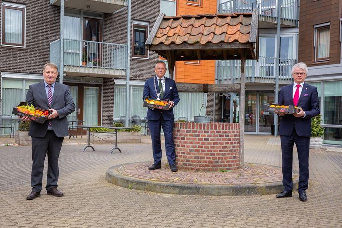 Wethouder Adrie Bragt, burgemeester Pieter van Maaren en commissaris van de koning John Berends bij 't Slot in Gameren.