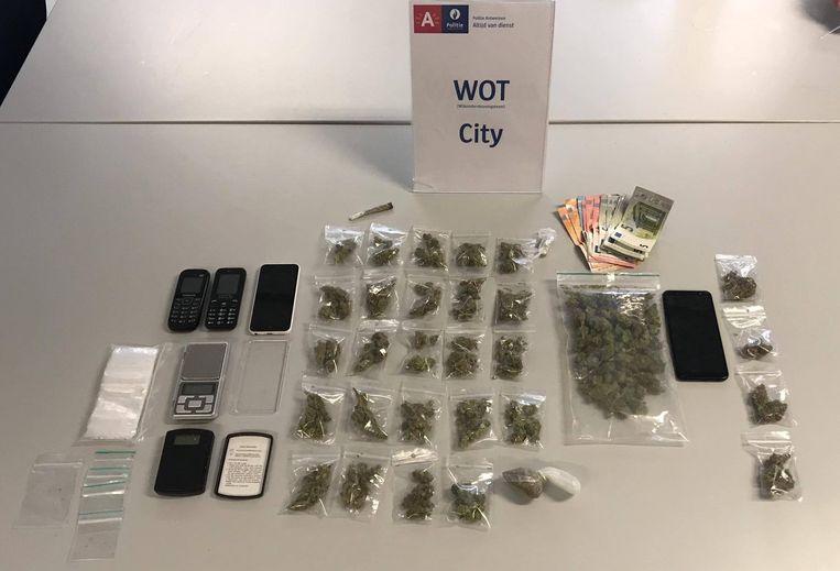 Behalve drugs vond de politie heel wat gsm-toestellen.