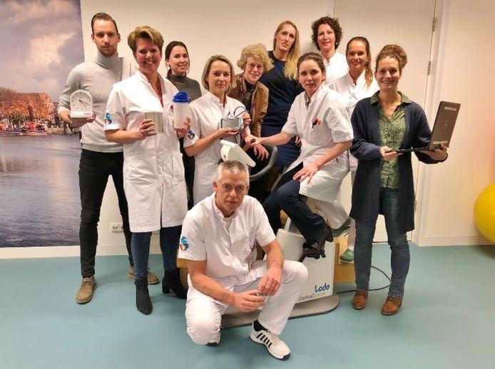 Longchirurg Geertruid Marres (op trainingsfiets) te midden van een met collega's die betrokken zijn bij het begeleiden van de patiënten voor de operatie.