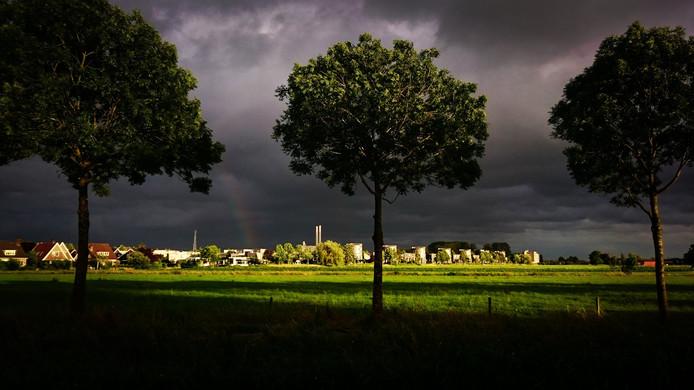 Donkere wolken boven Zwolle zuid en de IJsselcentrale. De laaghangende zon op 5 juli jl. zorgde voor een prachtige belichting...