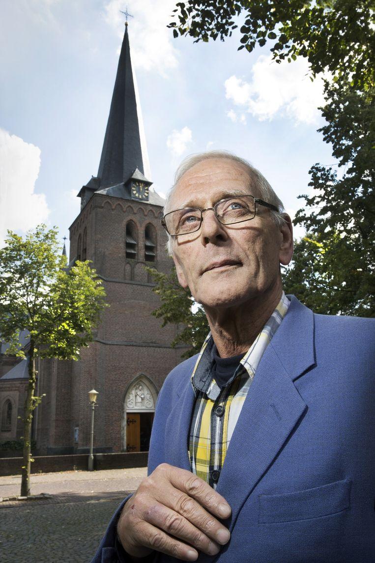 Frans Wouters voor de kerk in Hooge Mierde. Beeld Ton Toemen