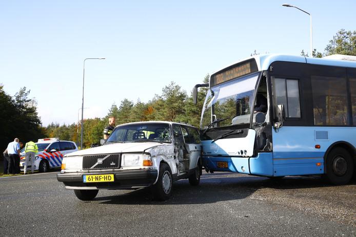 Op de kruising van de Hessenweg en de afrit van de A50 in Hattem is een lijnbus op een personenauto gebotst. Het zoveelste incident op het beruchte kruispunt.