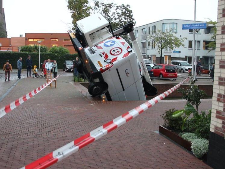 Busje deels te water bij Graaf Floriskade in Delft