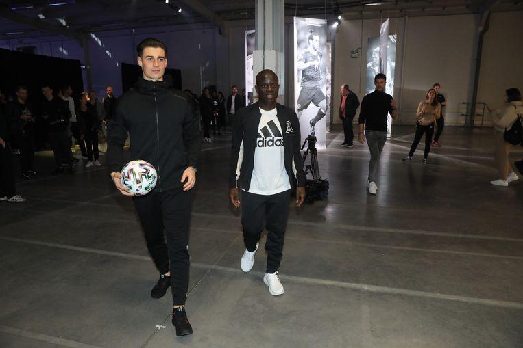 De voorstelling van de bal werd onder meer bijgewoond door Michy Batshuayi, N'Golo Kanté en Martijn Debbaut.
