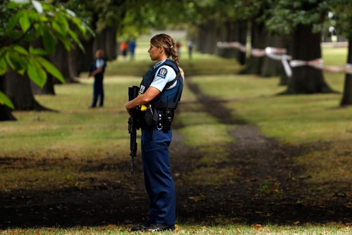 Politie houdt de wacht bij de Masjid al Noor-moskee in Christchurch.
