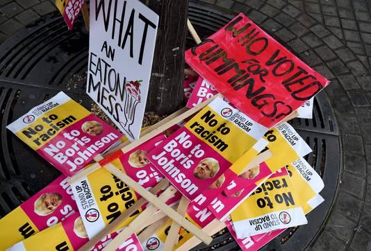 Een verzameling protestborden na een demonstratie in Manchester. In heel Groot-Brittannië is gedemonstreerd tegen Johnsons plannen het parlement tijdelijk buitenspel te zetten.