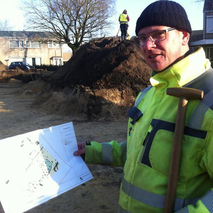 Archeoloog Sander Hakvoort met de kaart waarop de langgevelboerderij met bijgebouwen staat aangegeven.