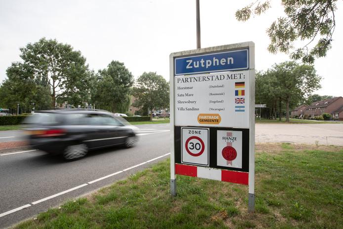 De welkomsborden bij Zutphen. De samenwerking met de partnersteden wordt stopgezet.