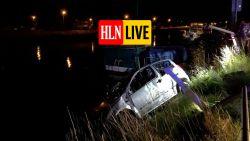 Auto met twee inzittenden rijdt in Brugs kanaal: bootbewoner en politie redden hen uit water