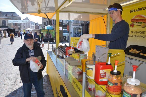 Yordi van het Burgermanneke pakt de hamburger van zijn trouwe klant Maurice in.