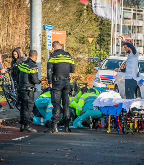 Man en tienermeisje gewond door botsing met trolleybus in Arnhem