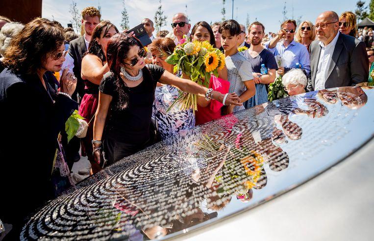 Nabestaanden van de slachtoffers van de vliegramp met de MH17 tijdens de onthulling van het Nationaal Monument MH17.  Beeld ANP