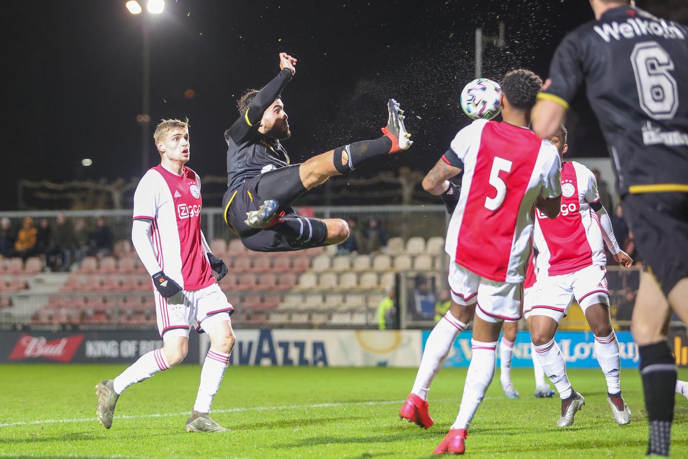Mounir El Alouchi hangt spectaculair in de lucht voor de gelijkmaker.