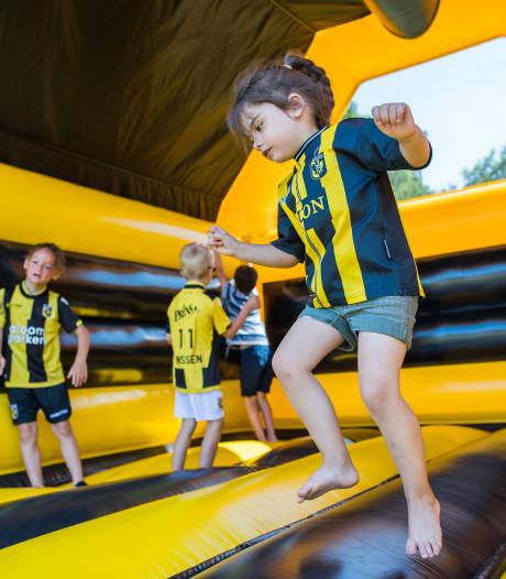 Kids uit hun dak tijdens eerste training van Vitesse op sportcentrum Papendal