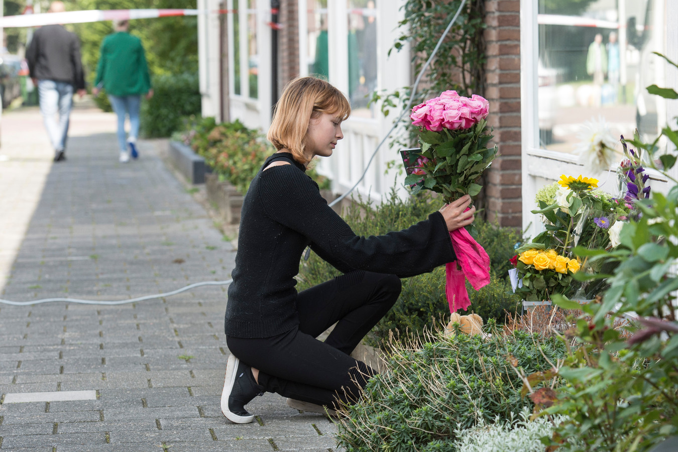 Bloemen bij het huis van de omgebrachte Megan in Breda.