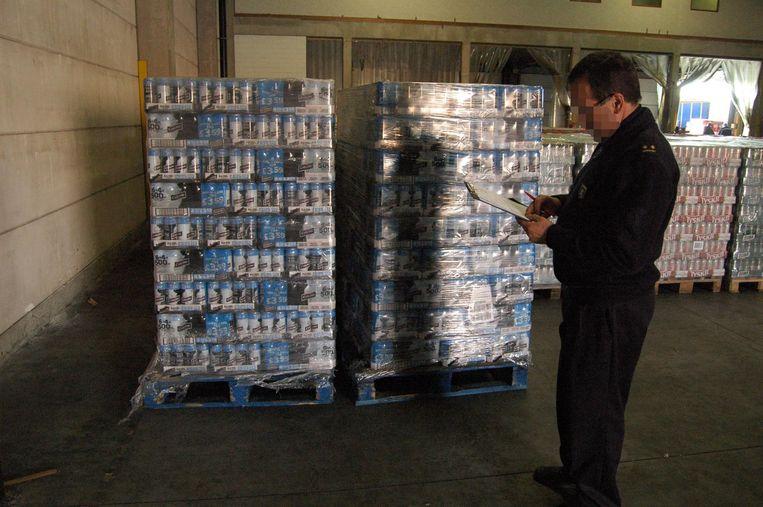 Archieffoto: inbeslagname illegaal bier door douane.