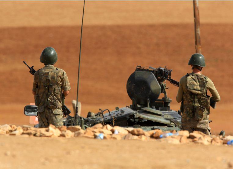 Soldaten houden de wacht bij de Turks-Syrische grens. Beeld ap