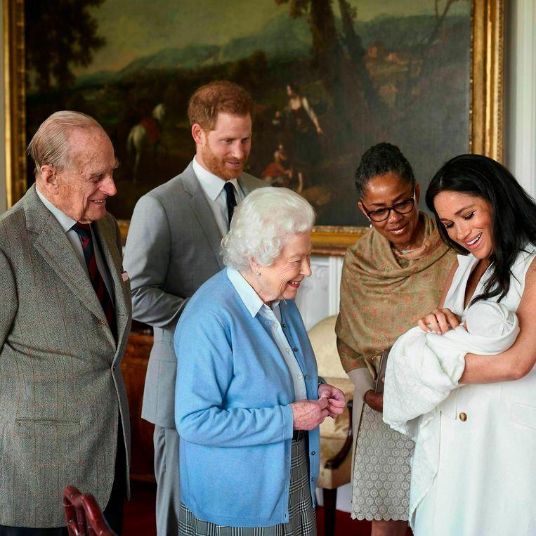 Harry en Meghan hebben hun zoon Archie genoemd. Dat heeft het koppel woensdag via Instagram bekendgemaakt. De jongen, die maandag werd geboren, heet volledig Archie Harrison Mountbatten-Windsor. V.l.n.r.: prins Philip, prins Harry, Queen Elizabeth, Doria Ragland (de moeder van Meghan) en Meghan Markle samen met Archie.